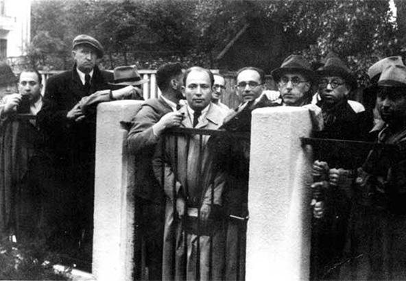 יהודים צובאים על שער הקונסוליה היפנית. זה המראה שסיגוהארה ראה ביולי 1940