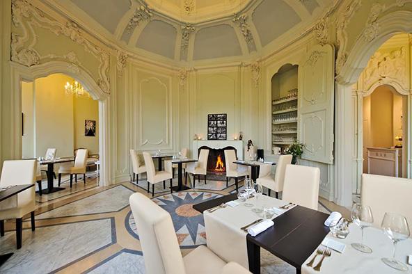 חלל המסעדה Le Louis XV