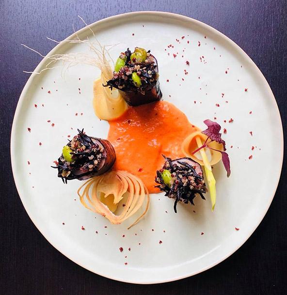 חלל המסעדה ומנה ב-Le Louis XV, מסעדה מומלצת בפארק מקסים בדרום העיר | הצילומים באדיבות המסעדה