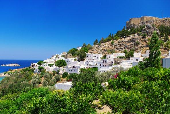 בתיה הלבנים של לינדוס גולשים אל מפרץ יפהפה