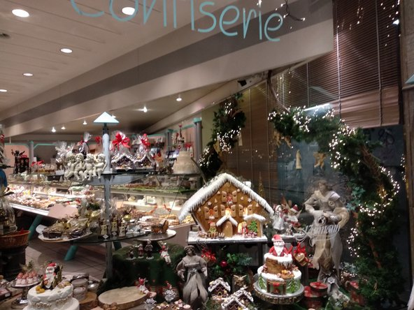 חלונות הראווה של הקונדיטוריות ובוטיקי השוקולד מקושטים ומעוצבים להפליא | צילום: סימי שאואר