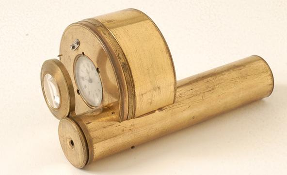 מאוסף השעונים במוזיאון לאמנות האסלאם: מכשיר לצפייה בתנועת הכוכבים ושעון. ברגה, 1820 בקירוב. | צילום: שלום אביטל