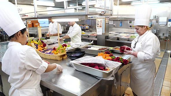 הכנת סושי במטבח האנייה