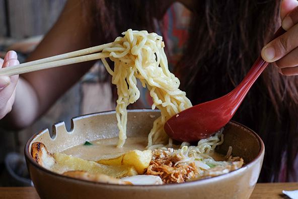 ראמן, נודלס ותוספות שונות בתוך מרק. מנה שהיא ארוחה שלמה