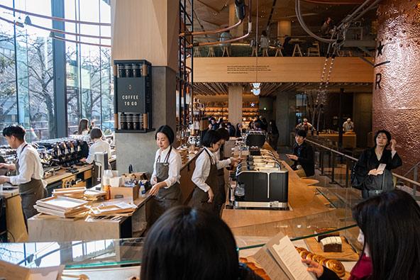 אפשר לפגוש את השפעות המערב בין השאר בשלל בתי הקפה שצצו ברחבי טוקיו