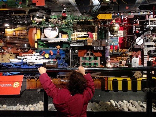 במכונת הפליפר במוזיאון התחבורה הכדור מטייל במגוון אמצעי תחבורה בין הנופים הקסומים של שווייץ