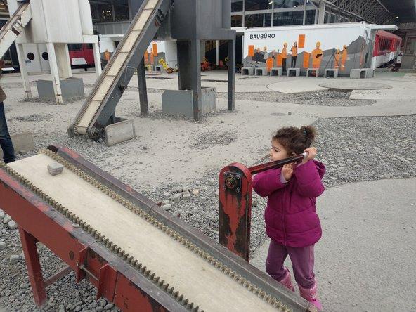 בחצר של מוזיאון התחבורה הילדים יכולים להתנסות בעבודה באתר בנייה | צילום: סימי שאואר