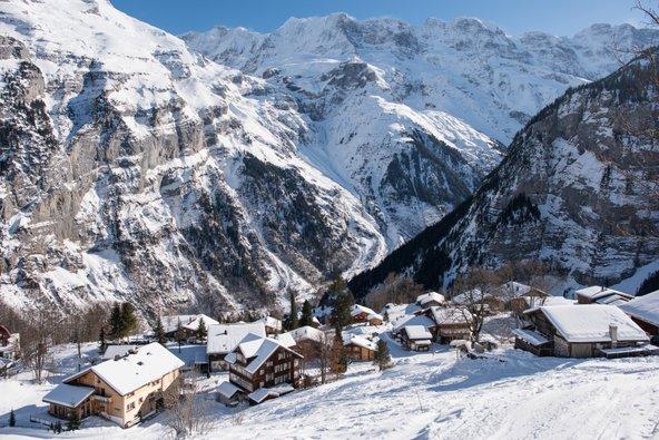 כפר טיפוסי בשווייץ בחורף. ארץ פלאות חורפית | צילום: Ipsimus, שאטרסטוק