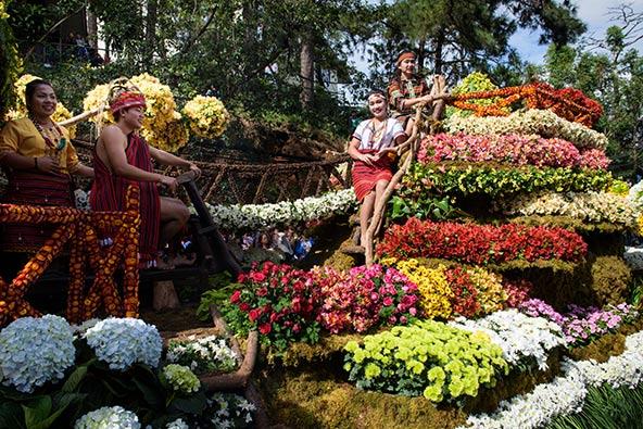 פסטיבל פנגנגה כולל במות המעוטרות בסידורי פרחים מרהיבים