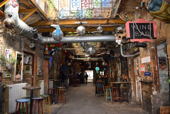 הבר Szimpla Kert הממוקם במפעל נטוש הוא אחד מהפופולריים בעיר | צילום: Highland_Loon / Shutterstock.com