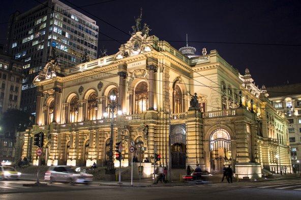 התיאטרון העירוני. אדריכלות אקלקטית ואווירה תרבותית