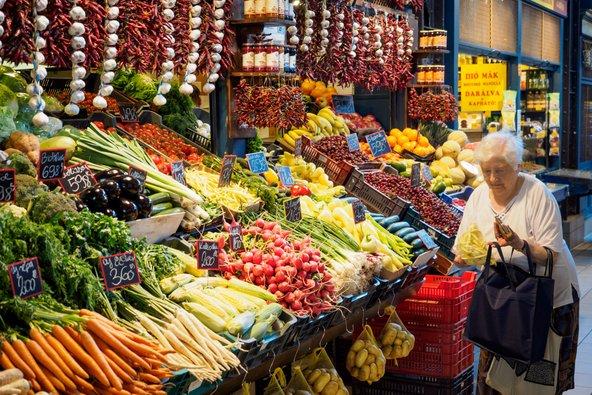 דוכן ירקות ב-Vásárcsarnok, שוק האוכל המקורה הגדול בבודפשט | צילום: Paolo Paradiso / Shutterstock.com