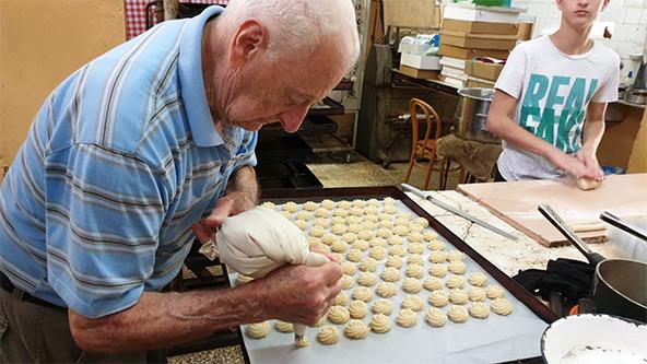 יעקב, בנו של אלברט, מכין את עוגיות השקדים המפורסמות, בימים שלפני סגירת קונדיטוריה. האם מישהו מבני הדור השלישי או הרביעי ירים את הכפפה?