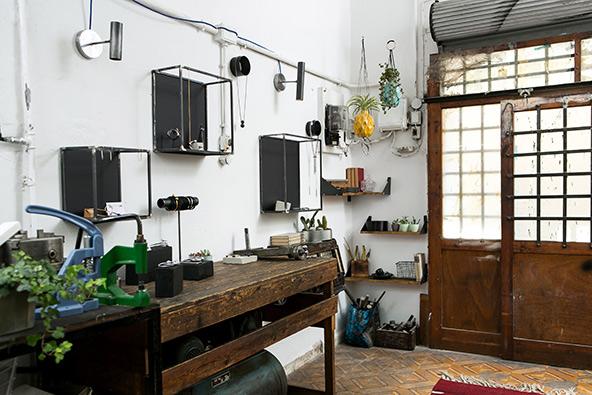 חלל העבודה המשותף של יעקב קלדרון, חרט המתכת הוותיק, ובתו נועה, שעושה תכשיטים ממתכת | צילום: שירן כרמל