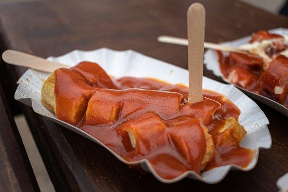 קאריוורסט. נקניקיות בקארי וקטשופ הן מאכל הרחוב הפופולרי בברלין