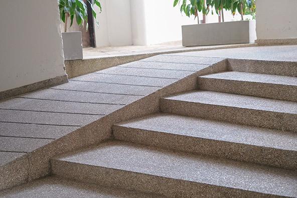 לפני שאתם מזמינים חדר במלון חשוב לוודא שהנגישות מתחילה כבר בכניסה, עם רמפה נוחה לצד המדרגות