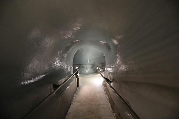 באוויר ומתחת לקרח: הגשר התלוי בקרחון דאכשטיין (למעלה) וארמון הקרח