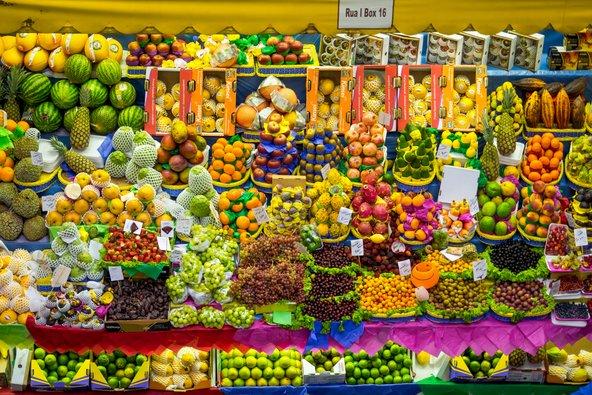 דוכן של פירות טרופיים בשוק העירוני של סאו פאולו