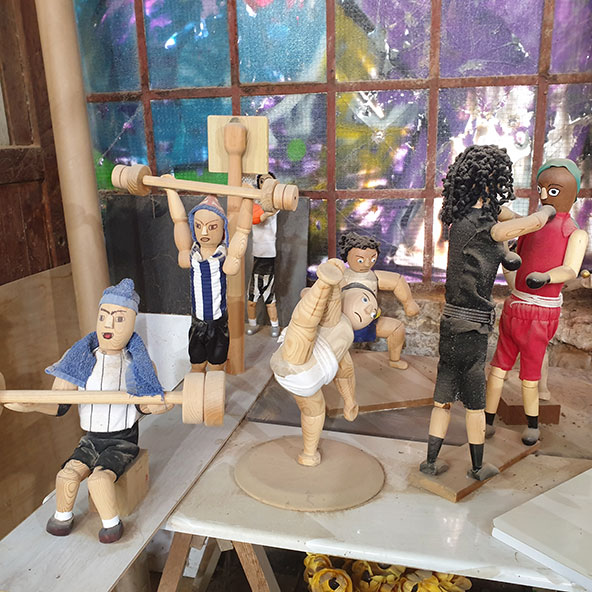 עולם הספורט. בובות עץ קטנות של ספורטאים פרי יצירתו של משה גזית