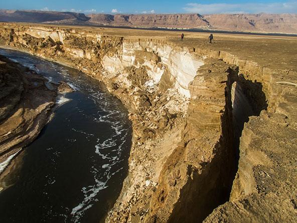 בתמהיל המים שזורמים כאן, הכמות הגדולה ביותר היא של מים מלוחים שיוצאים מבריכות האידוי