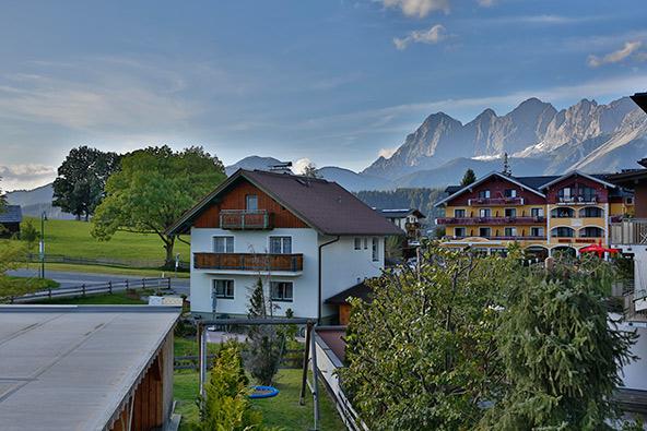 מלון Alpenrock Schladming סמוך לעיירה שלדמינג ומתחת לפסגות האלפיניות