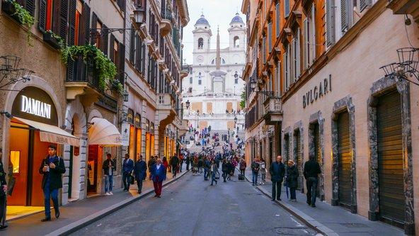 באזור המדרגות הספרדיות נמצא הריכוז הגבוה ביותר של חנויות אופנה | צילום: 4kclips / Shutterstock.com
