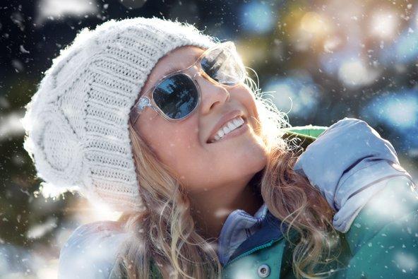בשל הקרינה החזקה, משקפי שמש הם פריט חובה כשיוצאים לשלג