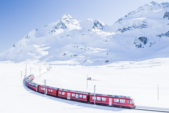 רכבת הברנינה אקספרס בשווייץ. במקומות בהם יש תחבורה ציבורית טובה, העדיפו אותה על פני נהיגה בשלג