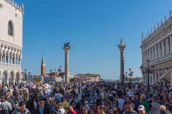התיירים גודשים בהמוניהם את כיכר סן מרקו בוונציה | צילום: Aron M / Shutterstock.com