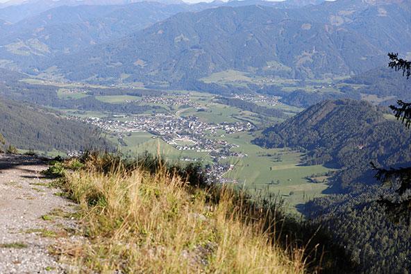 גלישה מסחררת מראש ההר לעמק מתחת בזיפליין