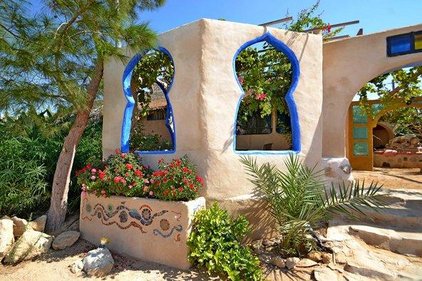 ביישוב עזוז כמעט כל הבתים בנויים מחומרים טבעיים וממוחזרים | הצילום באדיבות צימר בוס