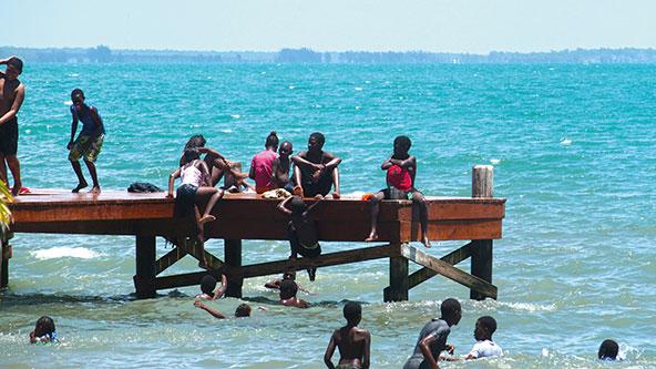 ילדים ונערים בדנגריגה, המרכז הגדול בעולם של בני הגאריפונה – קבוצה אתנית מעורבת של אינדיאנים מהקריביים עם מהגרים אפריקאים