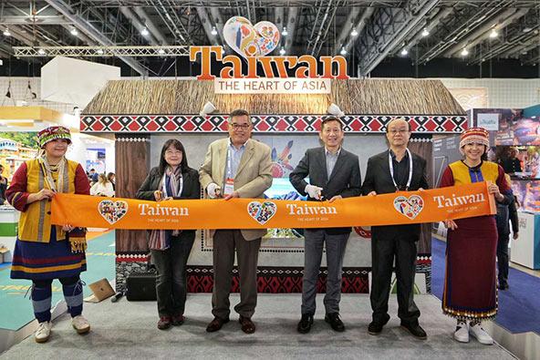 """פול גואבונג צ'אנג, הנציג הרשמי של טאיוואן בישראל, ד""""ר טראסט לין, מנכ""""ל הסניף הסינגפורי של משרד התיירות של טאיוואן ונציגים נוספים בפתיחת הדוכן הטאיוואני בתערוכת התיירות"""