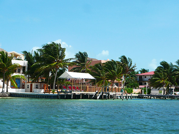 קי קוקר. באי מתגוררים דייגי לובסטרים בתפאורה קלאסית של חול לבן ודקלי קוקוס