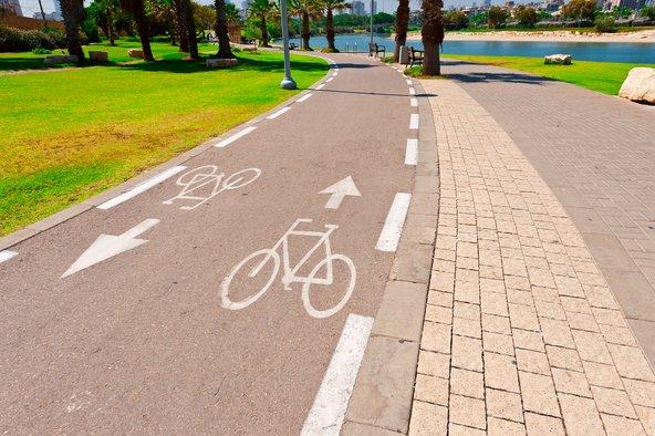 שביל אופניים בתל אביב. סלילת שבילי אופניים היא אחת מהדרכים שעיריות נוקטות כדי להפחית את עומס התנועה והזיהום