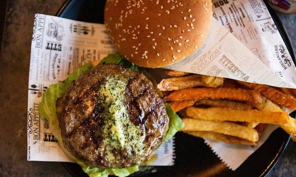 המבורגר וצ'יפס בקלומפוס | צילום: מורן קורן