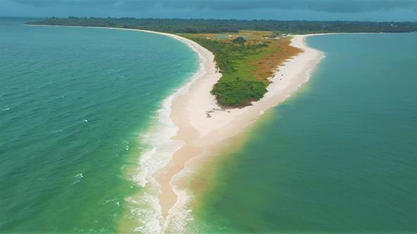 האי קוריסקו. חופים לבנים המזכירים את חופי הקריביים