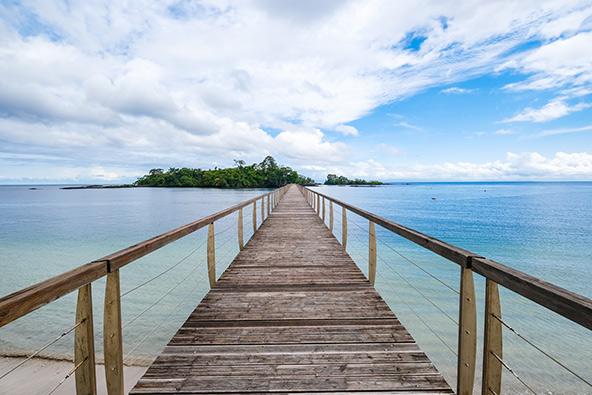 הביקור בגינאה המשוונית משלב נופים של ים, חופים לבנים ושחורים ויערות טרופיים