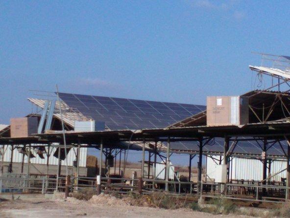 על גג הרפת של קיבוץ גזר יש פאנלים סולריים להפקת חשמל | צילום: Юкатан - CC BY-SA 3.0
