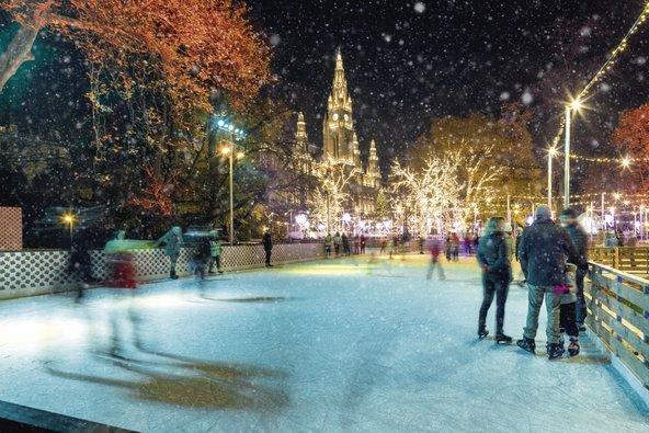 רחבת ההחלקה על הקרח בחזית בית העירייה פועל בינואר ובפברואר | צילום: © WienTourismus/Christian Stemper