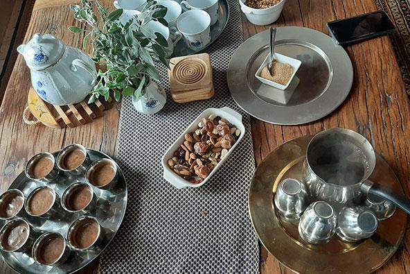 פתיחה בריאה: משקה מפולי קקאו טחונים גס וחלב שקדים, מומתק בסירופ מייפל ותמרים