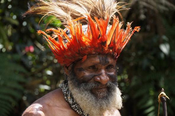 שאמאן. התחושה היא שאנשי פפואה ניו גיני חיים בין העבר להווה