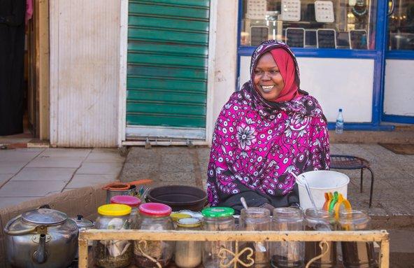 מוכרת תה מקומית. תושבי סודן הם ידידותיים ומסבירי פנים