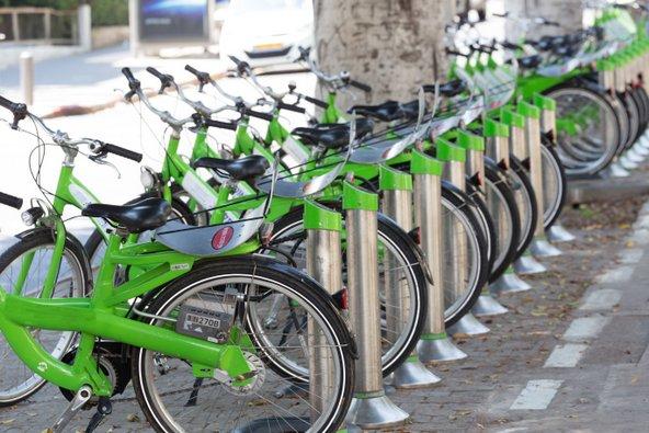ברחבי תל אביב פזורות עמדות להשכרת אופניים | צילום: Michael Gm / Shutterstock.com