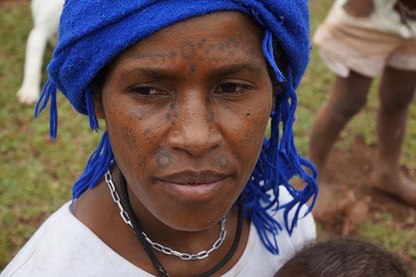 אישה פפואנית, מקושטת פנים, בשוק המקומי