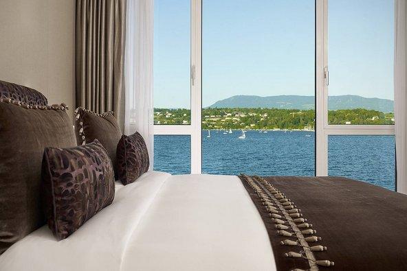 חלון לאגם ז'נבה בסוויטה במלון הנשיא וילסון