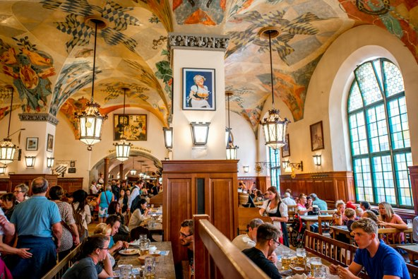 Hofbräuhaus, אולם הבירה המיתולוגי של מינכן | צילום: RossHelen / Shutterstock.com