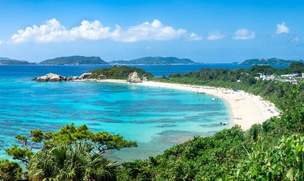 חוף טרופי באוקינאווה. האם הנופים היפים תורמים לאריכות הימים של התושבים?