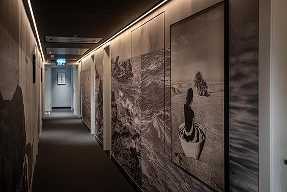 מסדרון אמנות במלון