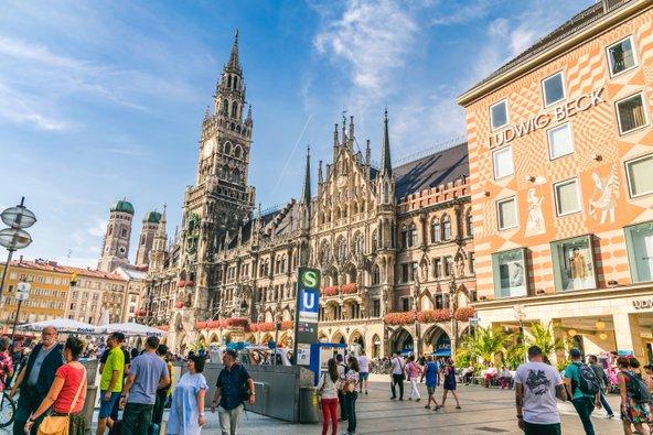 מריאנפלאץ ומגדל הפעמונים המפורסם של מינכן | צילום: T.B. photo / Shutterstock.com